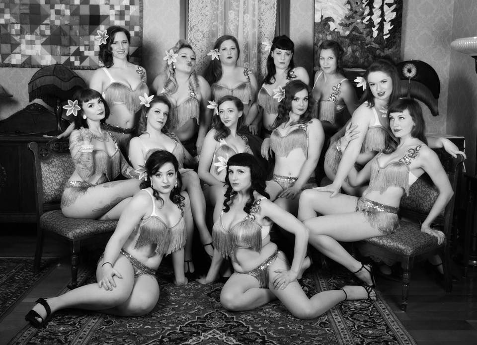 Boardwalk Burlesque 2017 class, with instructors Katie Pearse and Rachel Wiegers - Photo by Janice Cliff